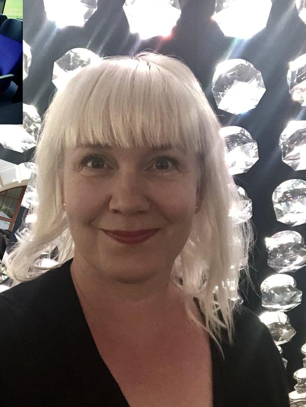 """Annika Swarovski-showroomissa. """"Innsbruck on Swarovski-kristallien kotipaikka. Siellä oli mieletön kristalliesinenäyttely ja kauppa. Melkein muutuin kristallikoruihmiseksi!"""""""