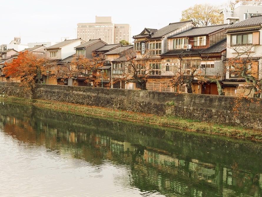 Kazuemachin teekorttelialue sijaitsee joen toisella puolella Higashista.