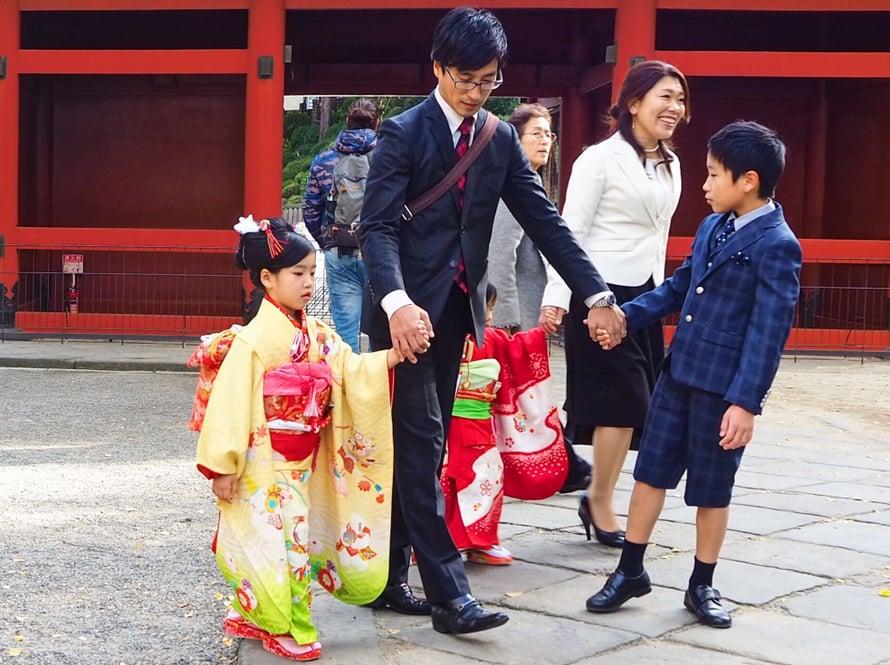 Japanilaislapset puettu parhaimpiinsa.