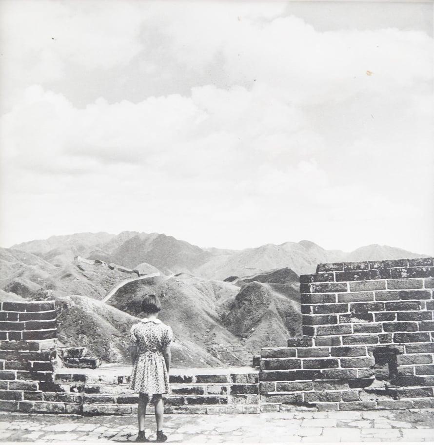 """1953 Kiinan muurilla. """"Tykkään äidin ottamasta kuvasta, koska puhkun siinä itsevarmuutta."""" Mereten diplomaatti-isä työskenteli Suomen suurlähetystössä Pekingissä."""