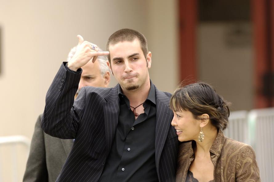 Wade Robson vuonna 2005 kävelemässä oikeuteen puolustamaan Michael Jacksonia. Oikealla Robsonin vaimo. Kuva: Reuters / Lucas Jackson