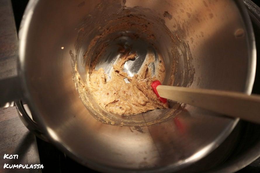 Saippuamassaan lisätään neemöljy-frankinsensi-seos ja sen jälkeen Kuolleenmeren suola.