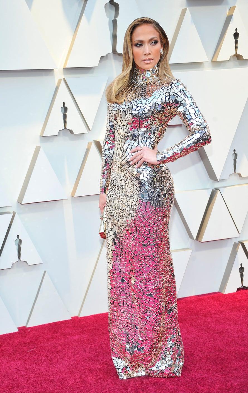 Kesällä 50 vuotta täyttävä poptähti Jennifer Lopez käänsi katseita Tom Fordin hopeanhohtoisessa iltapuvussa.
