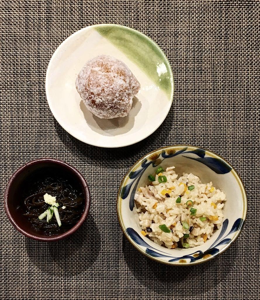 Jotain makeaa, jotain kirpeää, jotain suolaista: sata andagi -donitsi, mozuko-merilevää ja jyusi-riisiä.