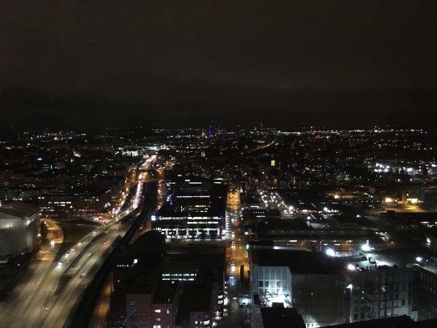 Iltanäkymää ylimmän kerroksen ikkunasta.