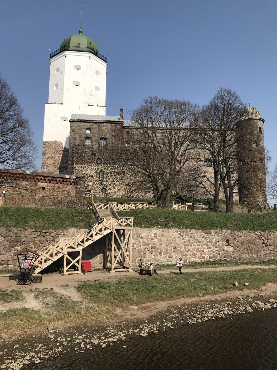 Viipurin linnan vanhimmat osat perustettiin 1200-luvulla. Pyhän Olavin torni on saanut häikäisevän valkean rappauksen. Muuallakin linnan alueella entisöinti on hyvässä vauhdissa.