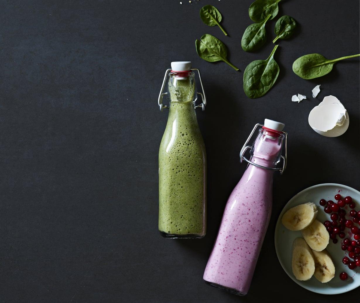 Dynaaminen duo! Pinkki smoothie antaa energiaa, vihreä palauttaa. Kuva: Mikko Hannula