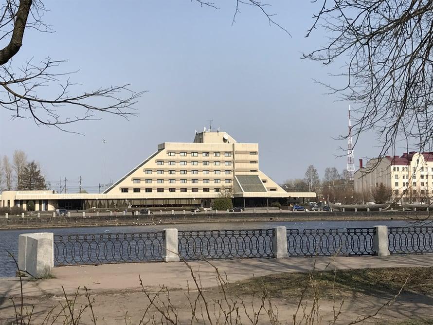 Tämän pytingin moni Viipurin-kävijä muistaa! Ainakin, ellei siellä mennyt filmi poikki. Druzhba-hotelli oli Neuvosto-Viipurin viihdekeskittymä. Meno on rauhoittunut hurjimmista vuosista.