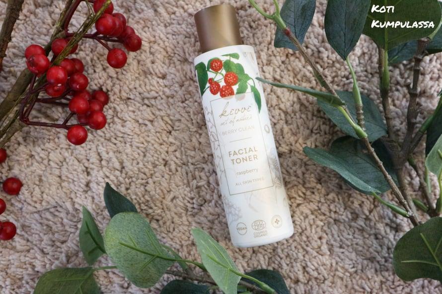Berry Clean Facial Toner Raspberry kasvovesi* valmistelee ihon myöhempää hoitoa varten.
