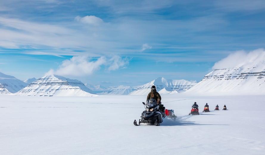 Huippuvuorilla Risto ja muut ryhmäläiset ajoivat kuvauspaikalle moottorikelkoilla.
