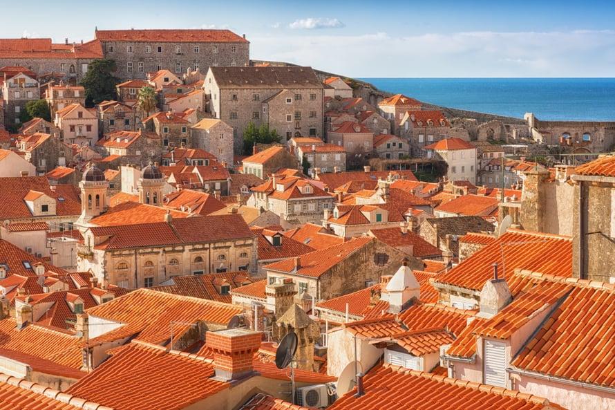 Tarinan mukaan Dubrovnikin kattojen tiilikivilaattojen mallina on aikoinaan käytetty miehen reittä.
