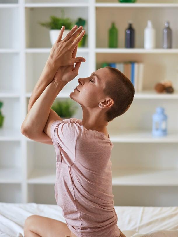 Kun hartiat vaivaavat, käsien vääntäminen kotka-asentoon auttaa.