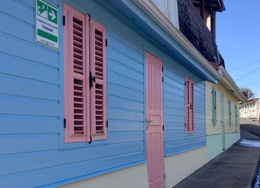 Nämäkin nätit pastelliseinät – pelkkää kulissia, mutta kieltämättä ovela tapa naamioida ruma rakennustyömaa vähän nätimmäksi.