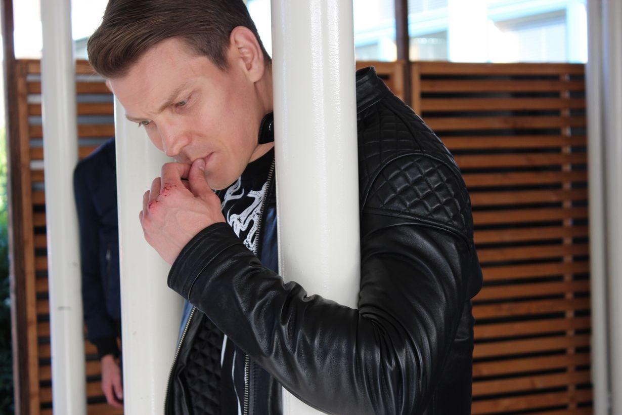 Antti Holma tekee kaksoisroolin Jare ja Jere Tiihosena Veljeni vartija -elokuvassa. Kuva: Helsinki-filmi