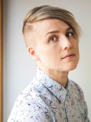 Tiina Tuppuraisen autofiktiivinen esikoisteos Kuvittelen sinut vierelleni(Karisto, 2020) kuvaa seksuaalivähemmistöjen kulttuuria, parisuhteita, eroa ja naiseksi kasvamista 2000-luvun alun Helsingissä.