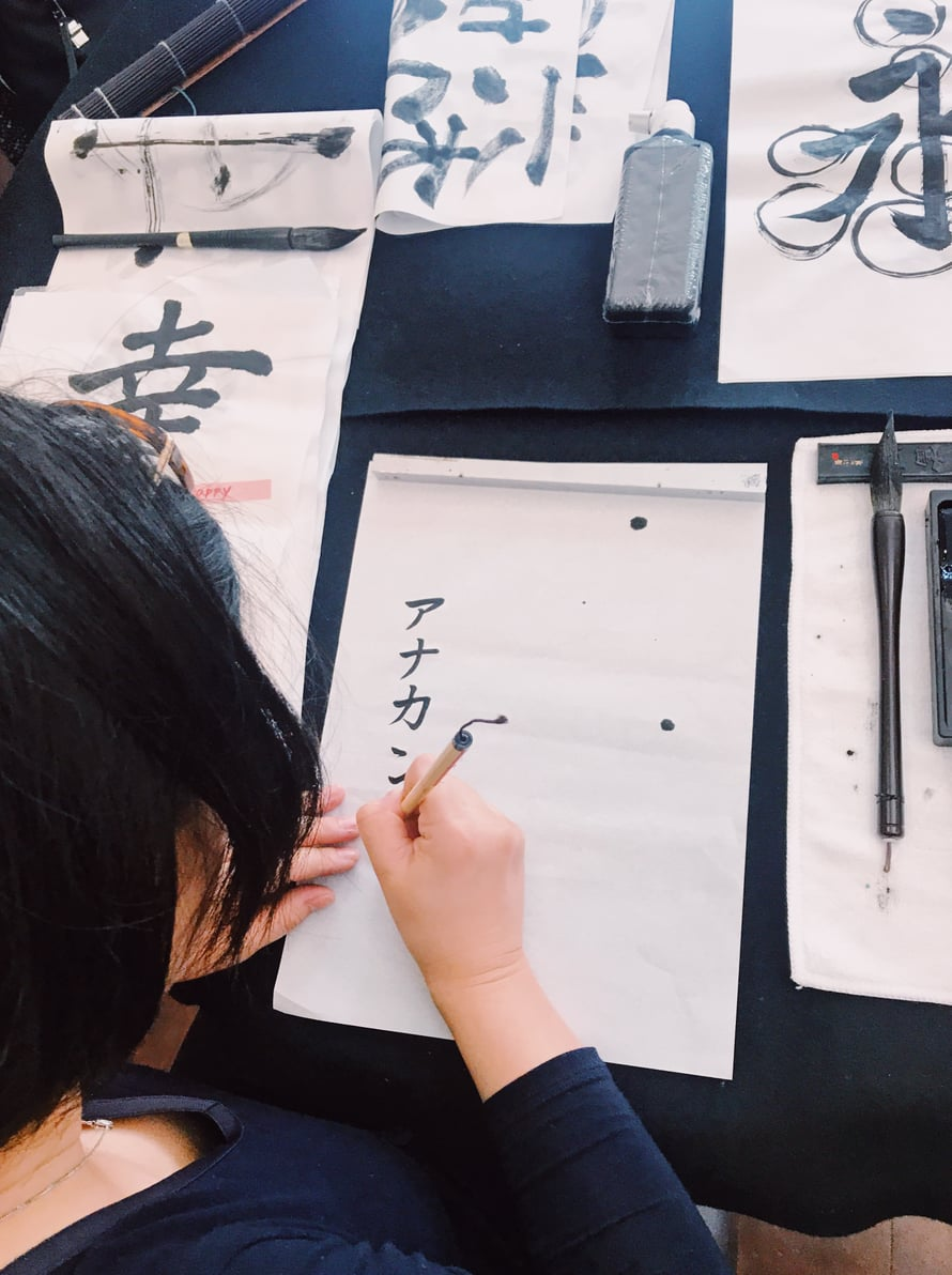 Naoko näyttää esimerkkiä, miten kirjoitetaan Annakaisa.
