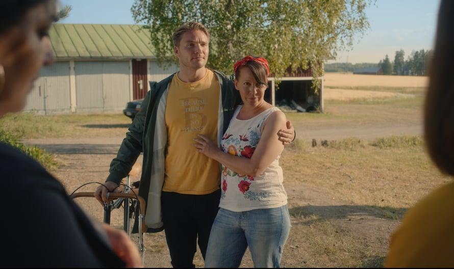 Vuokko Hovatta näyttelee siskoista Lindaa, joka on viettänyt vuotensa maalla.