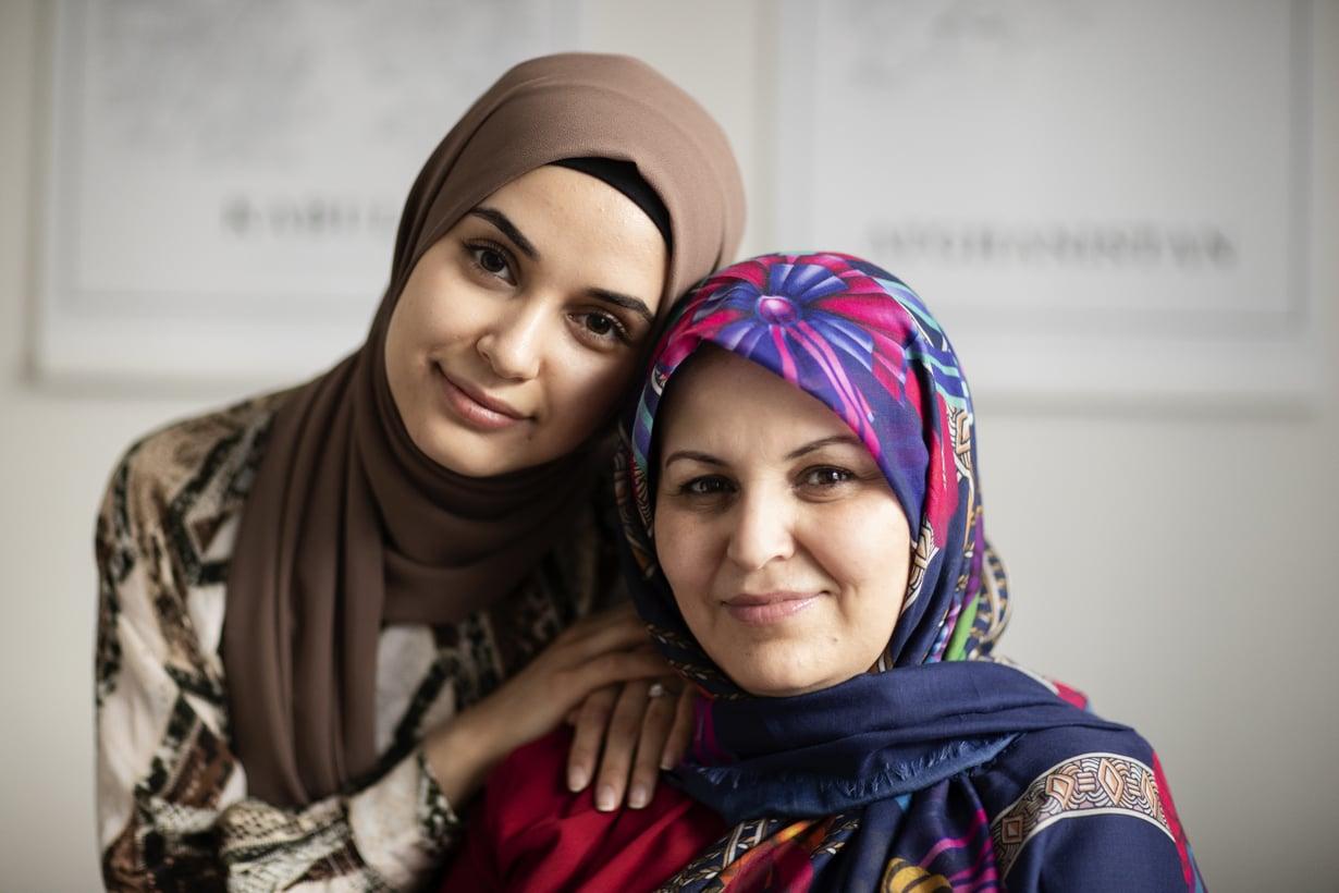 Zahra ja Amina myös harrastavat auttamista: kumpikin tekee vapaaehtoistyötä.