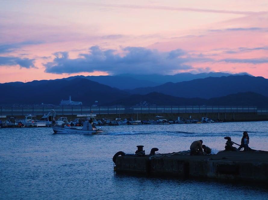 Paikalliset kalastajat iltapuuhissaan.