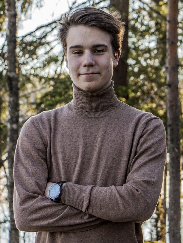 Viihdetenttiin joutunut kymmenen laudaturin ylioppilas Matias Mäkiranta selvisi oikin hyvin. Hän jopa muisti, kuka aloitti Twitterissä #Metoo-kampajan. KUVA: Anton Herala