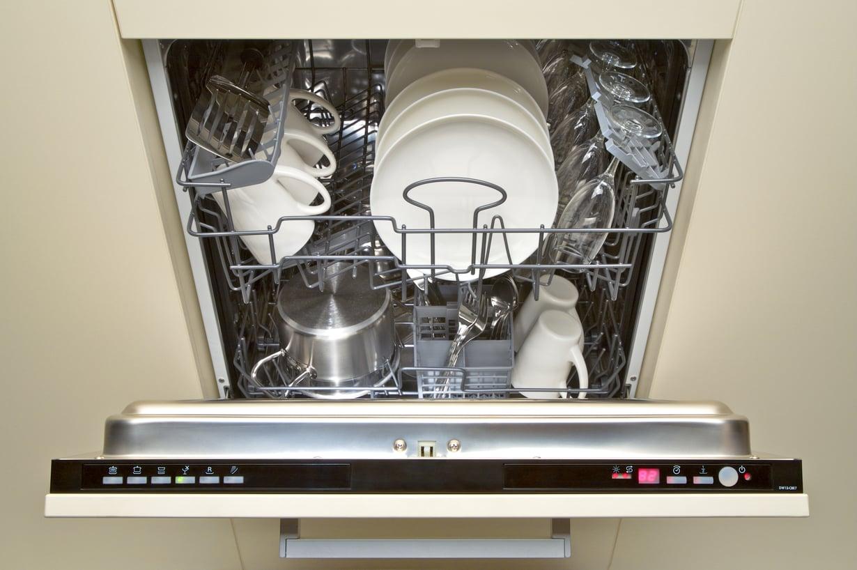 Tämä on se vanha, väärä tyyli. Uudessa tyylissä riideltäväksi jää enää kattiloiden ja lasien sijoittelu. Kuva: Shutterstock.