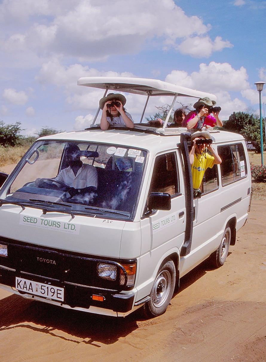Emma matkusteli jo lapsena enemmän kuin monet muut, koska isä työskenteli matkatoimistossa. Tässä ollaan safarilla. Kuva: Emman kotialbumi