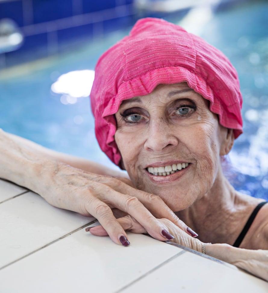 """Aira pitää kunnostaan huolta muun muassa vesijumppaamalla uima-altaassaan. Kuva: <span class=""""photographer"""">Sanoma-arkisto / Anna Huovinen</span>"""