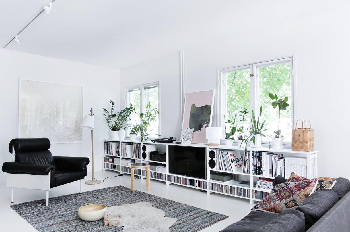 Yrjö Kukkapuron Ateljee-tuoli on ikilainassa Kallen tädiltä. Hyllyrivin arkkitehtipari rakensi vanhoista Lundian tikkaista ja hyllylevyistä. Seinällä on Jaakko Mattilan Cross-teos ja hyllyn päällä Reeta Ekin Valuva-työ.
