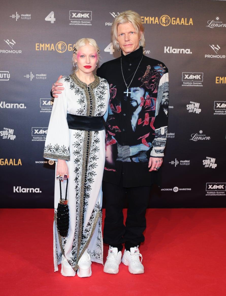 Vuoden albumi -Emman pokannut Chisu saapui gaalaan kirjaillussa puvussa. Lookin täydensi näyttävä meikki. Vieressä puoliso, muusikko ja tuottaja Jori Sjöroos.