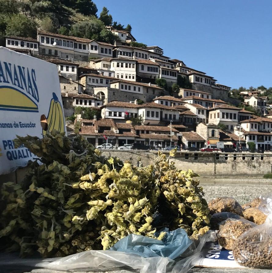 Beratin katumarkkinoilta voi ostaa vuoriteen aineksia.