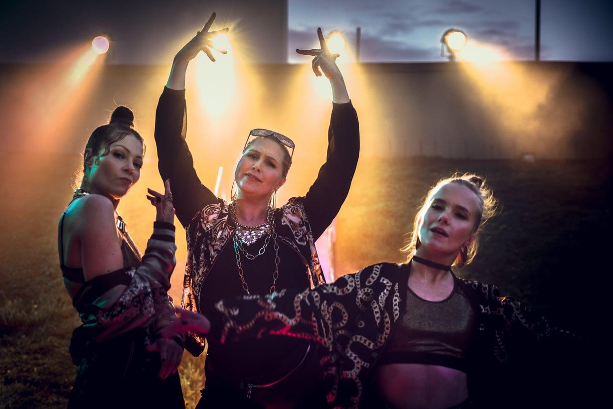 Essi Hellén, Niina Koponen ja Emma Kunnas ovat käsikirjoittaneet Hillon. Naiset myös esiintyvät kymmenosaisen uutuussarjan päärooleissa.
