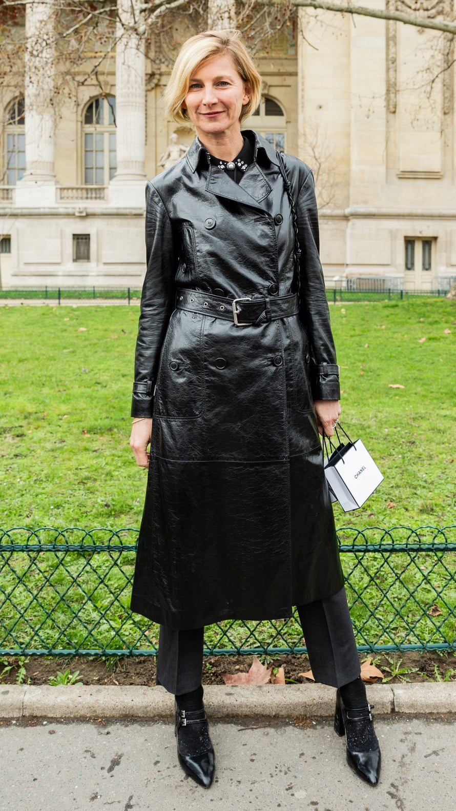 Pitkä, musta nahkatakki – parhaimpaan 70-luvun tyyliin – on taas trendikäs.
