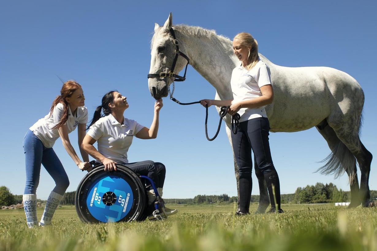 Henkilökohtaiset avustajat Linda Laaksonen (vas.) ja Tiia Dahlqvist lähtevät Jaanan kanssa syyskuussa MM-kisoihin Yhdysvaltoihin. Mukaan lähtee tietenkin myös Legolas-hevonen. Kuva: Jouni Harala
