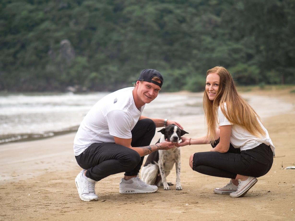 Tässä Temptation Islandilla ollaan paikallisen koiran kanssa ihan nätisti. Kuva: Nelonen Media