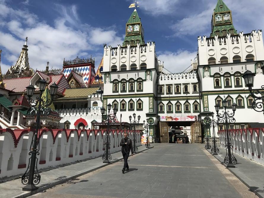Kauppa- ja kulttuurikeskus Izmailovon Kreml on rakennettu kymmenisen vuotta sitten, mutta vanhavenäläiseen tyyliin. Hauska kitsch-elämys!