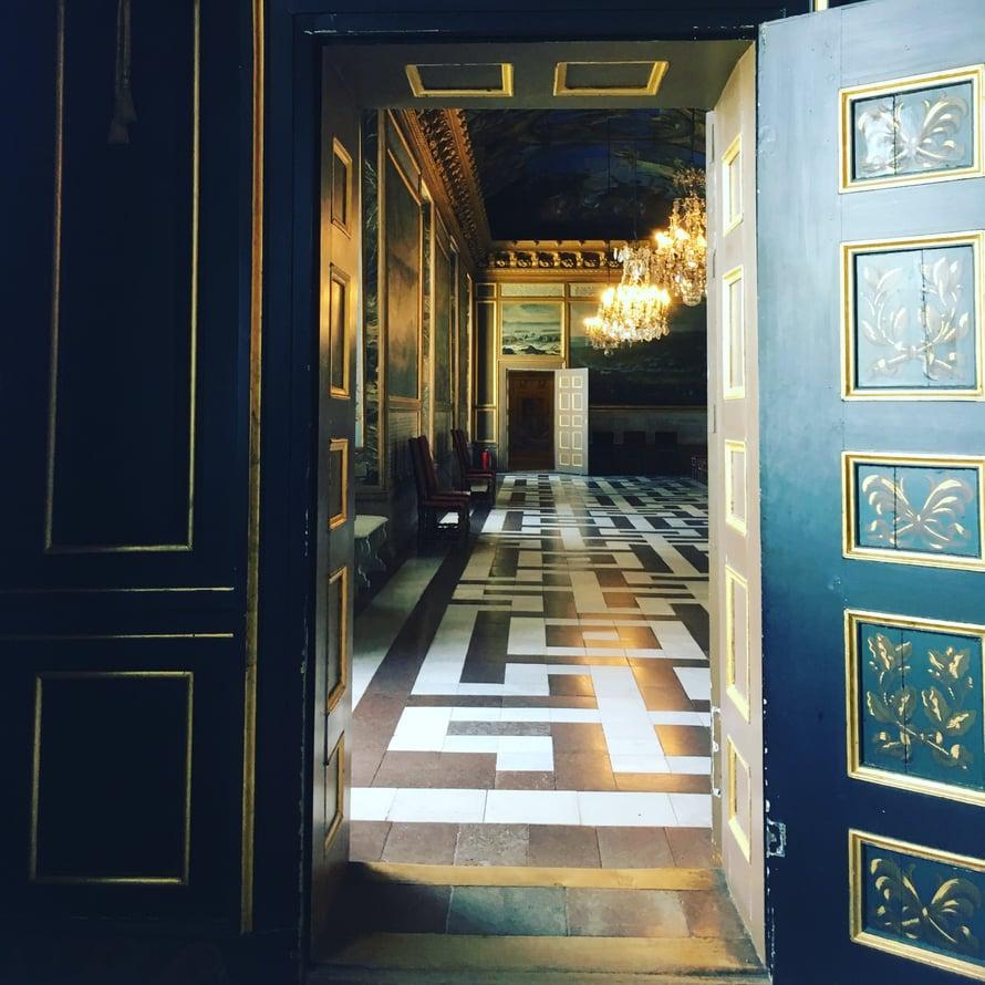 Drottningholmin linna on neliöitään tilavamman tuntuinen.