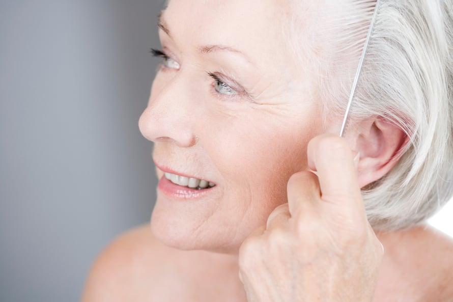 Skarppi leikkaus, jossa latvat ovat tasaiset ja ehjät, sopii aikuisen naisen tyyliin. Kauniisti harmaantuneita hiuksia ei kannata peittää – ei ainakaan kylmillä värisävyillä.