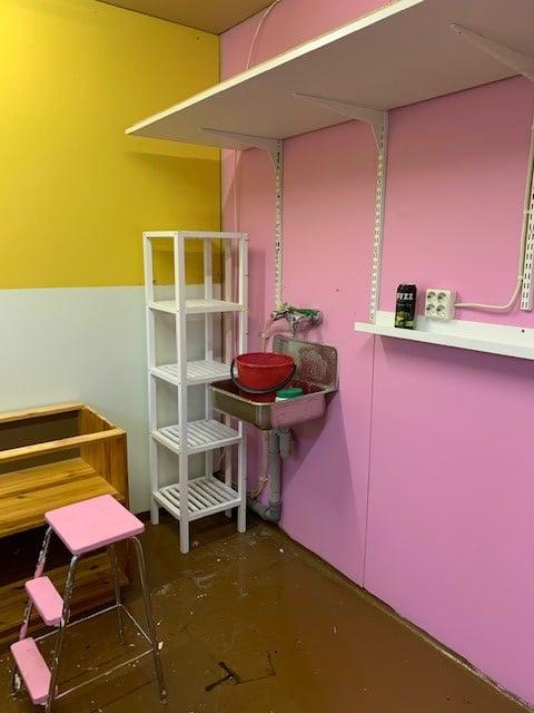 Seiniä oli maalattu lastenhuoneesta jääneillä maaleilla.
