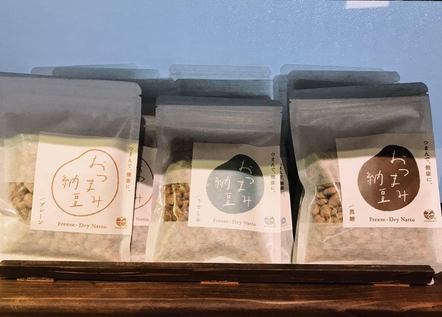 Kuivattua nattoa eli fermentoituja soijapapuja.
