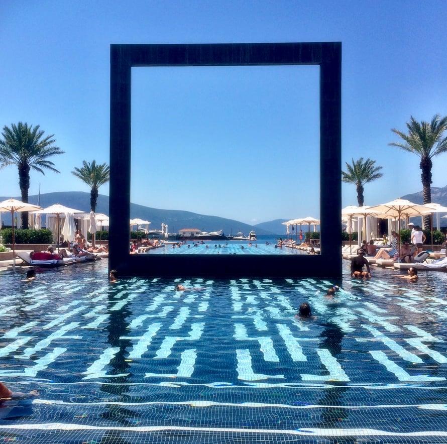Reppureissaajan luksusta:  Purobeach Montenegron uima-allas.