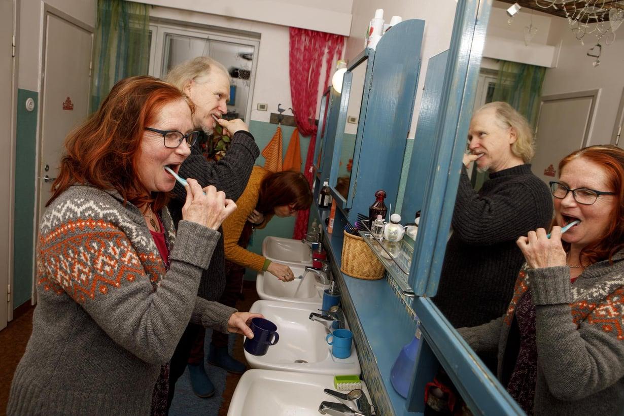 Paula Jaakkola, Jari Ronkainen ja Marja Leena Karvonen osuvat usein yhtä aikaa hammaspesulle. Kuvat: Hanna-Kaisa Hämäläinen