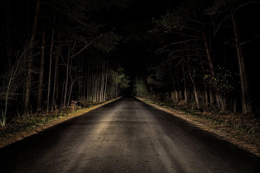 Pimeässä mieleen voi nousta myös ajatuksia, jotka päivänvalossa saattavat tuntua järjenvastaisilta.