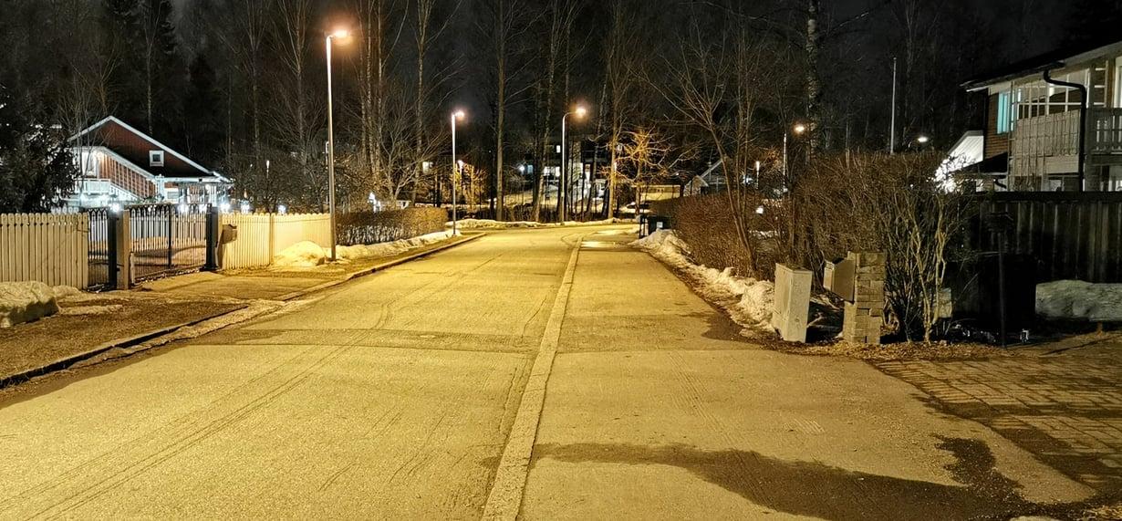 Öisen tien yksityiskohdat erottuvat Huawei P30 Pro -kameran yöasetuksella. Tumpelokin onnistui yökuvan ottamisessa.