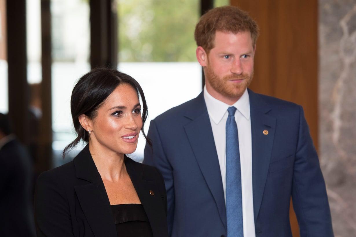 Herttuatar Meghan saapui eilen hyväntekeväisyysgaalaan puvussa, joka jätti täysin varjoonsa prinssi Harryn puvun. Kuvat: Reuters