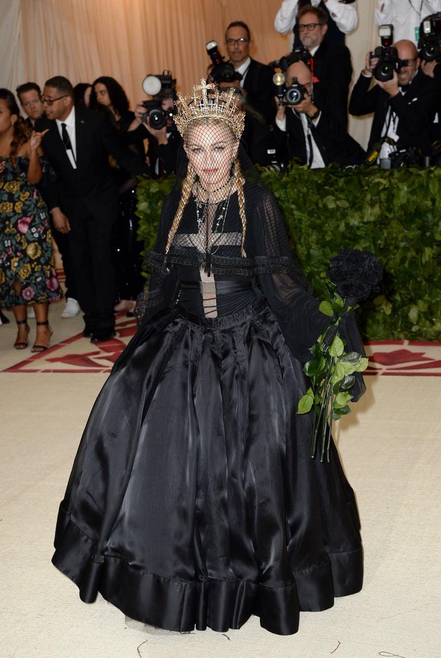 Tänä vuonna Met-gaalan teema, katolinen kirkko, taisi olla Madonnan mieleen. Poppari taitaa överit tässä kirkkomuodin suuntauksessa.