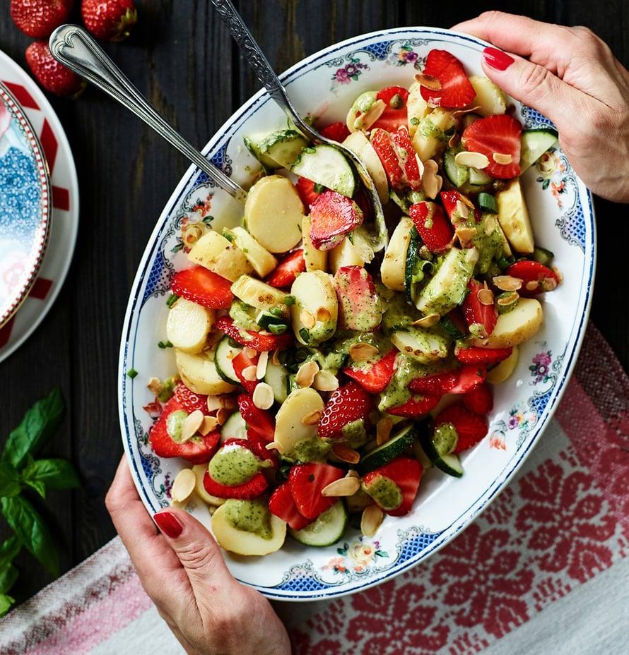 Salaatti viimeistellään paahdetuilla mantelilastuilla.