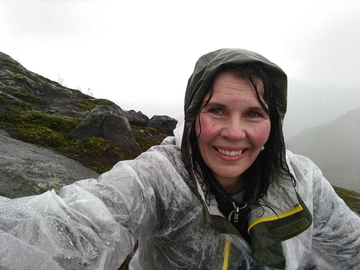 Tämän kuvan Mervi otti itsestään ollessaan ystävien kanssa Norjassa. Kun Mervi vihdoin kertoi ystävilleen, että haluaa erota, nämä olivat pahoillaan, koska eivät olleet huomanneet mitään. – Lohdutin heitä sanomalla, että minähän olen oppinut mestarisalailijaksi.