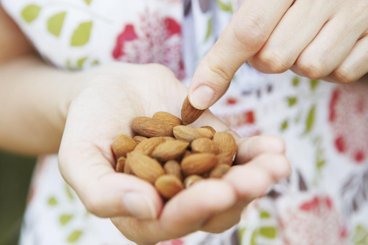 Myös PMS-oireiden kannalta monipuolisesti syöminen kannattaa. Pähkinöistä ja siemenistä saa monia tarpeellisia ravintoaineita.