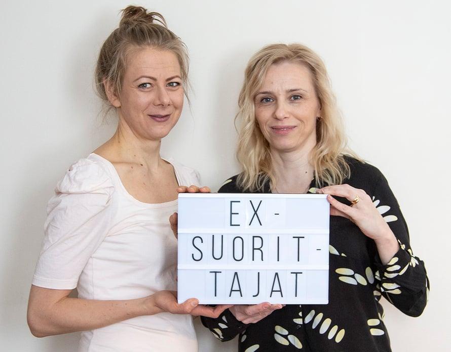 Laura (vas.) ja Susanna perustivat Ex-suorittajat Facebook-sivun vertaistueksi muille työuupuneille. Kuvat: Jenni Kivimäki