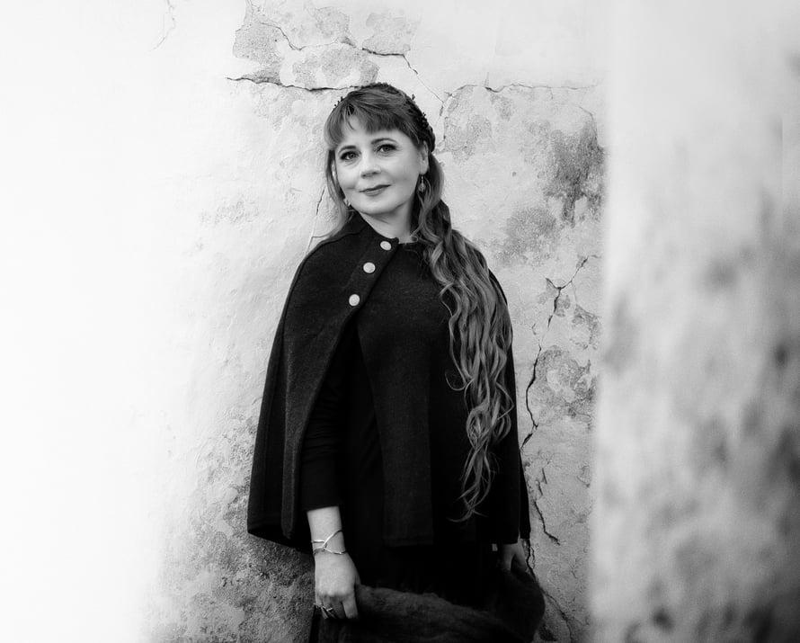 Hanne-Leona Luomajoki on 47-vuotias psykologi ja organisaatiovalmentaja, joka tutustuu helposti ihmisiin. Luomajoen mielestä myös satunnaisista hetkistä vaikka kaupan pakastealtaalla voi syntyä ystävyyksiä.